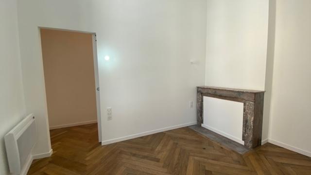 Chambre 2 avec cheminée et parquet massif
